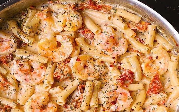 Pâtes aux crevettes avec sauce crémeuse à la mozzarella