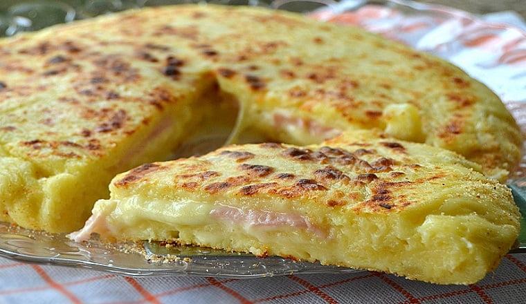Pizza de pommes de terre, fromage et jambon
