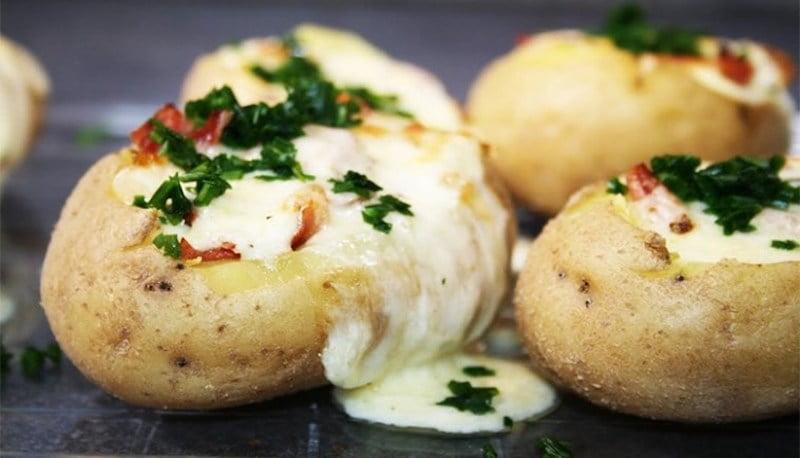 Pommes de terre au four, bacon et fromage