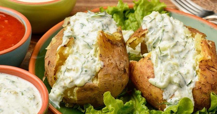 Pommes de terre au four et sauce à la ciboulette