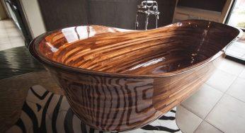 Un ancien constructeur de bateaux sculpte des baignoires en bois à couper le souffle