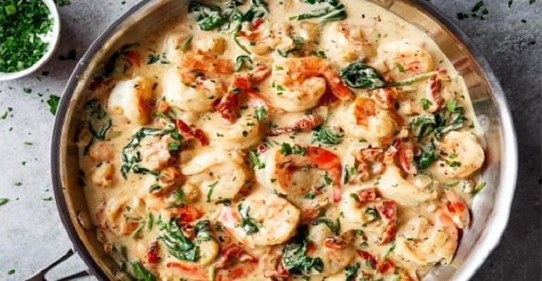 Crevettes grillées trempées dans une sauce crémeuse à l'ail