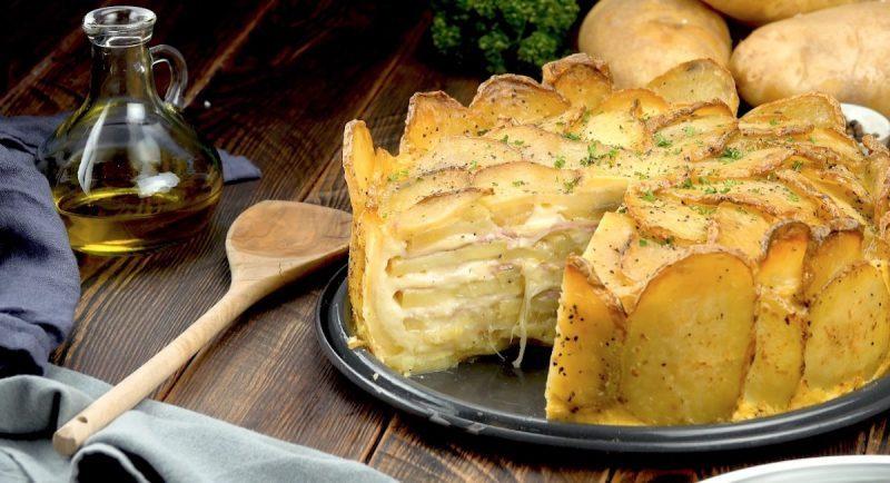 Tarte aux pommes de terre avec son coeur au jambon et au fromage