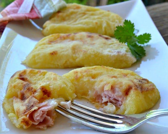 Croissants de pomme de terre au four avec jambon et fromage