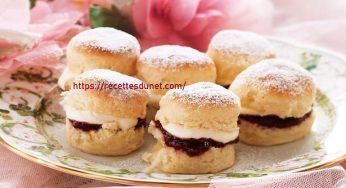Recette de muffins au scone servis avec de la confiture