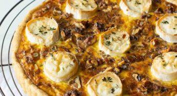 Tarte aux oignons, fromage de chèvre, miel & thym